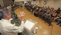 Câmara entrega moção à comerciante com presença frequente em sessões ordinárias